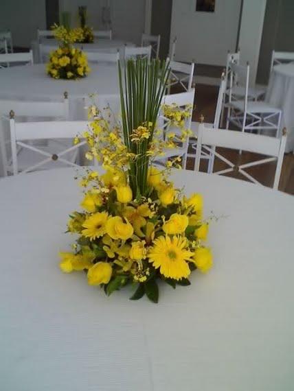 toda diferença rosas amarelas e gerberas nos arranjos das mesas