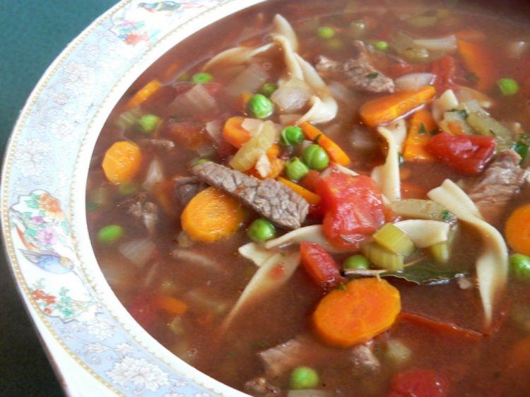 Sopa de macarrão com legumes é uma ótima escolha para o frio. (Foto: Divulgação)