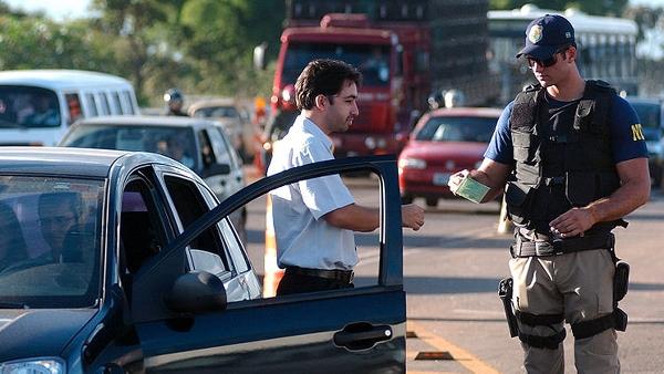 As multas são várias por conta das infrações cometidas no trânsito (Foto: Divulgação)