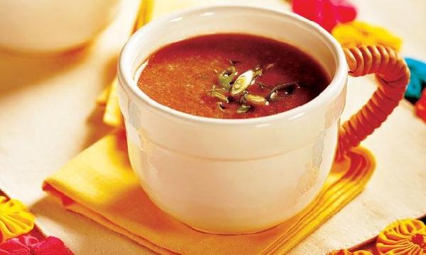 Sopa vegetariana de baixo teor calórico que ajuda no metabolismo (Foto: Divulgação)