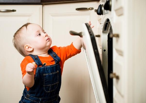 Nunca deixe uma criança sozinha na cozinha pode ser muito perigoso (Foto: Divulgação)