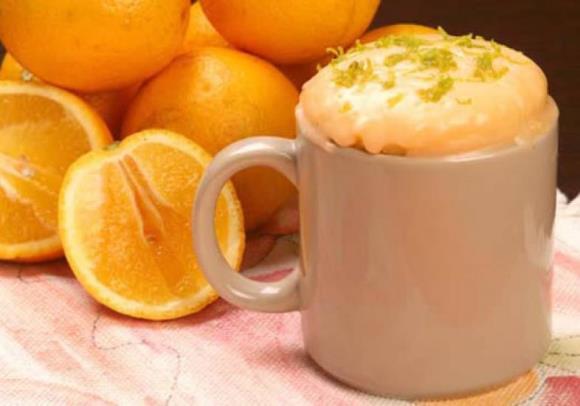 Bolo de laranja de caneca. (Foto: Reprodução/M de Mulher)