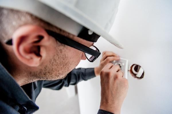Eletricista para serviços internos (Foto Divulgação: Pixabay)