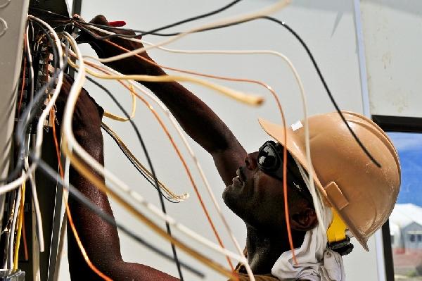 Eletricista profissional para serviços externos em alta tensão (Foto Divulgação: Pixabay)