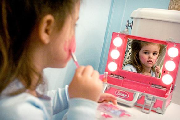 Crianças aprendem a serem vaidosas com as mães (Foto: Divulgação)