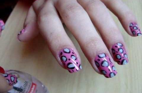 Vejja essas unhas decoradas em rosa (Foto: Divulgação)