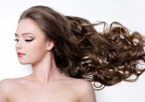 Hidratar e cuidar dos cabelos cacheados vai garantir uma aparência saudável (Foto: Divulgação MdeMulher)