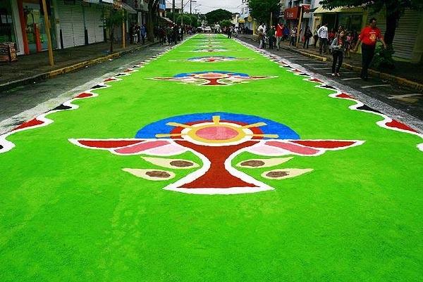 Milhares de tapetes são confeccionados nas ruas (Foto: MdeMulher)