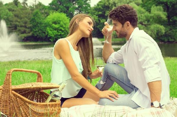 Casais apaixonados trocam olhares e carícias (Foto: Divulgação MdeMulher)