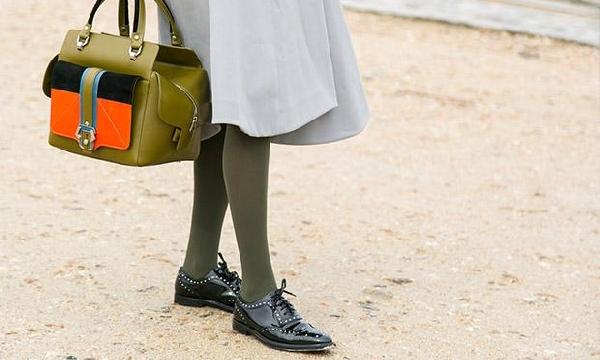 As cores do look devem conversar entre si, inclusive a da meia-calça (Foto: Divulgação MdeMulher)