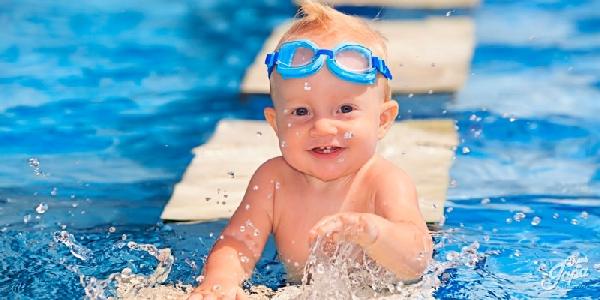 O ideal é colocar os bebes na aula de natação com 4 meses(Foto: Divulgação)