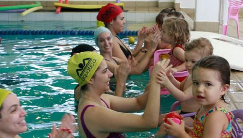 É muito importante escolher o local adequado para as aulas de natação para bebes(Foto: Divulgação)