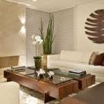 Mesa de centro de madeira e vidro. (Foto: Divulgação)