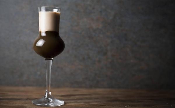 O drinque com café ´pe uma bebida que pode ser servida quente ou gelada (Foto: Divulgação)