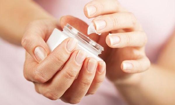 Os cremes com hidratante e filtro solar são indispensáveis para a pele no inverno (Foto: Divulgação MdeMulher)