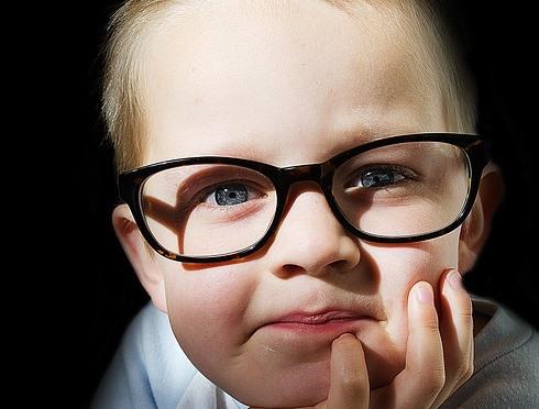 Crianças também podem apresentar problemas de visão (Foto: Divulgação)