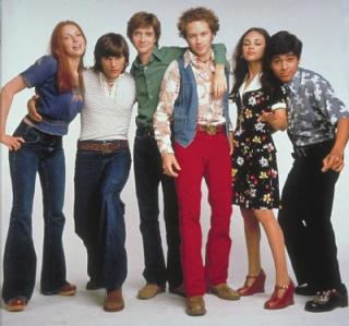 Homens e mulheres com roupas dos anos 70 (Foto: Divulgação)