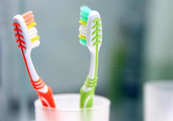 Escovar os dentes faz parte da higiene e cuidados com a boca (Foto: Divulgação MdeMulher)