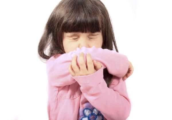 Ao espirrar ou tossir é importante tapar a boca para evitar contaminações (Foto: Divulgação MdeMulher)
