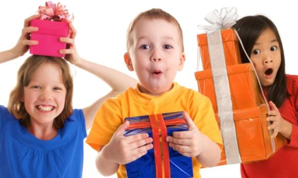 As crianças adoram ganhar presentes no dia dedicado a elas (Foto: Divulgação)