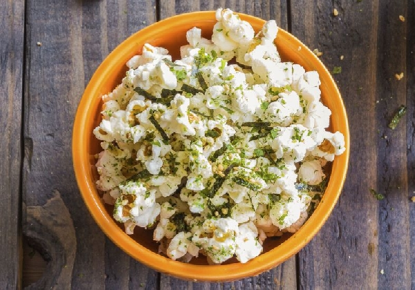 A pipoca pode ser com ervas e ser servida como aperitivo (Foto: Divulgação)