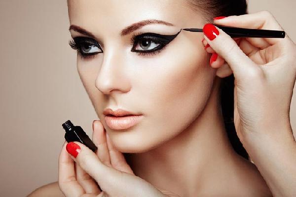 O curso de maquiagem profissional ensina a fazer maquiagens de todos os tipos (Foto: Divulgação)