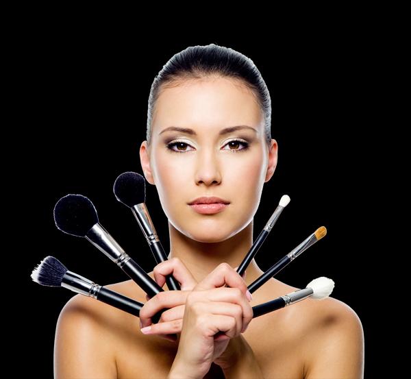O curso de maquiagem ensina a usar os pincéis da forma adequada para uma maquiagem perfeita (Foto: Divulgação)