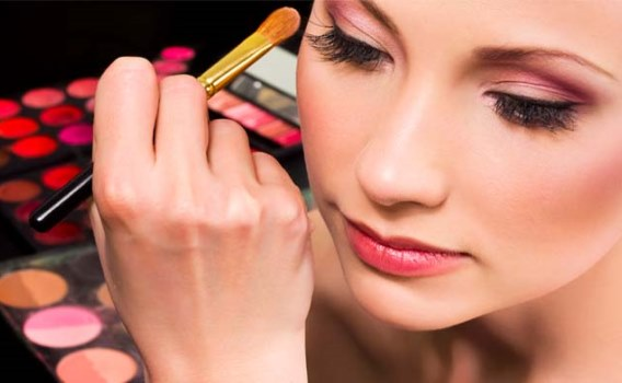 O curso de maquiagem profissional pode render um trabalho extra (Foto: Divulgação)