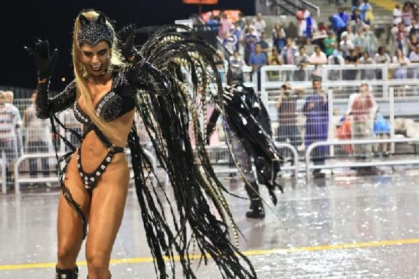 As folionas da passarela do samba fazem um show a parte com suas fantasias (Foto: MdeMulher)