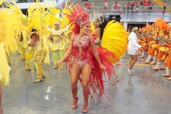 As cores correspondem de acordo com cada escola de samba ou bloco (Foto: MdeMulher)