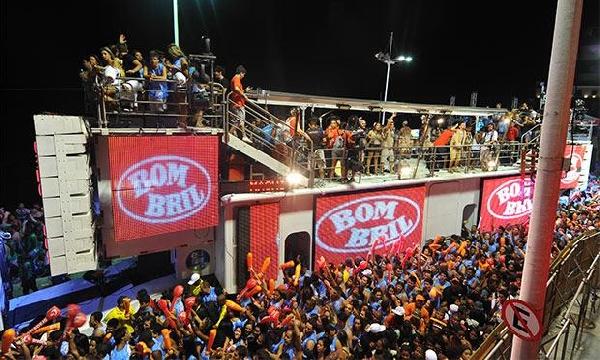 Os Trios Elétricos atraem multidões para o Carnaval em Salvador (Foto: MdeMulher)