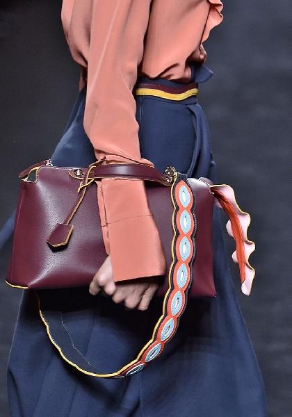 Bolsa com alça statemnent  linda, chique e moderna (Foto: Divulgação MdeMulher)