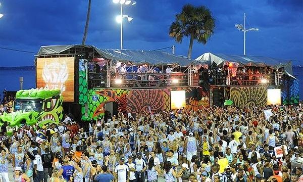 os Trios Elétricos farão a grande festa arrastando multidões (Foto: MdeMulher)