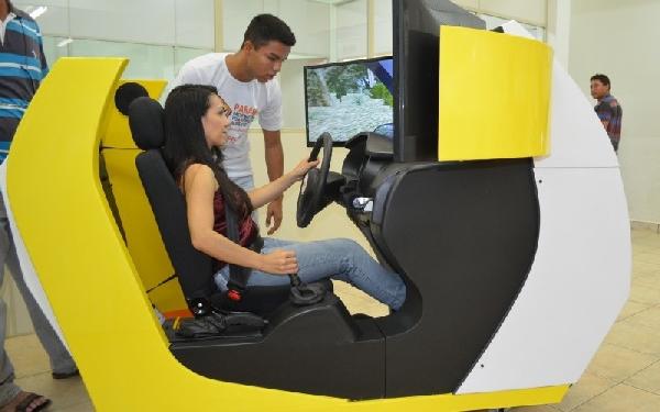 Simulador faz parte das aulas na autoescola (Foto: Divulgação)