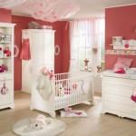 Geralmente os móveis brancos são a escolha para a decoração do quarto de bebê feminino. (Foto: Divulgação)