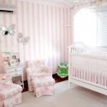 O papel de parede fica lindo na decoração do quarto de bebê feminino.  (Foto: Divulgação)