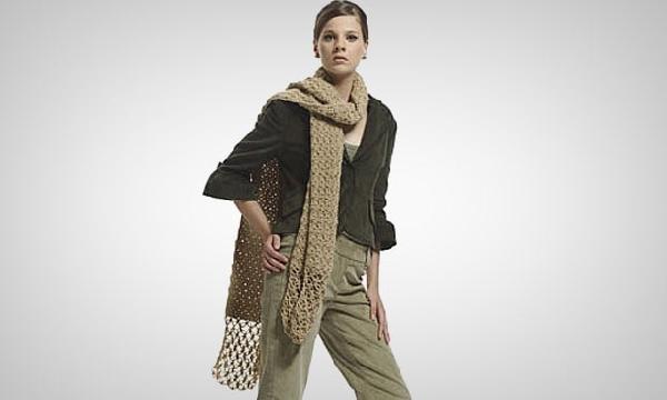 O cachecol de crochê é chique e muito fashion (Foto: Divulgação MdeMulher)