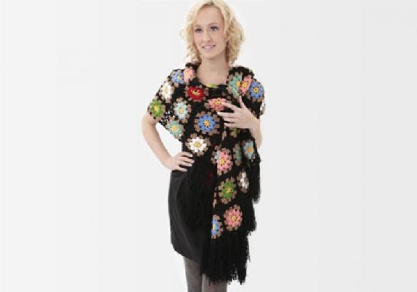 Você pode fazer um cachecol ou uma manta de crochê com flores e arrasar nesse inverno O cachecol de crochê é chique e muito fashion (Foto: Divulgação MdeMulher)