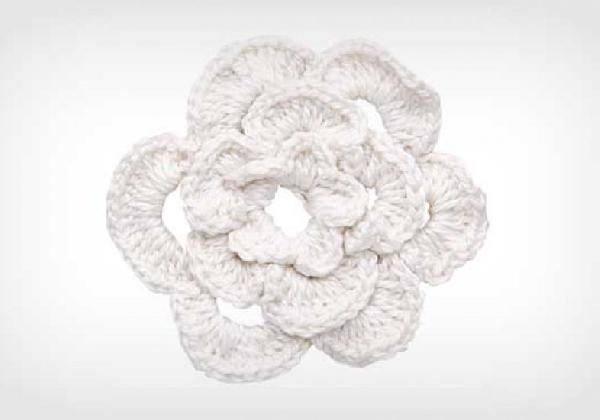 As flores de crochê são fáceis de fazer para aplicar no cachecol. O cachecol de crochê é chique e muito fashion (Foto: Divulgação MdeMulher)