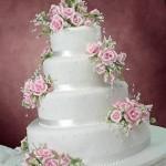 Arranjo de flores naturais ou artificiais ficam lindos no bolo (Foto: Divulgação)