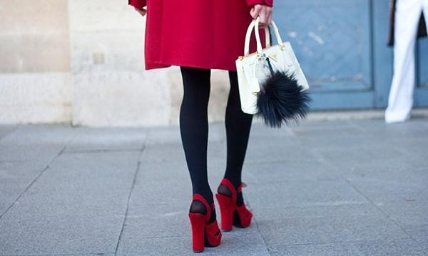Meia calça com saia ou vestido fica perfeito (Foto: Divulgação MdeMulher)