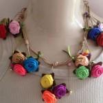 O colar de flores de tecido é feito de forma artesanal. (Foto: Divulgação)