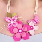 Um delicado e romântico colar de flores. (Foto: Divulgação)