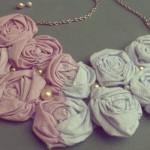 Flores de tecido compõem o colar. (Foto: Divulgação)