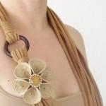 Um lindo colar de tecido rústico. (Foto: Divulgação)