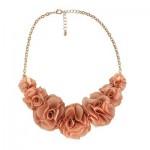 Modelo de colar com flores de tecido. (Foto: Divulgação)