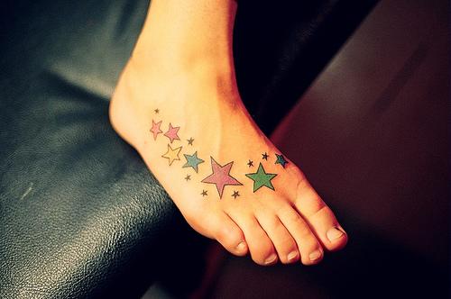 Modelo de tatuagem feminina no pé (Foto: Divulgação)