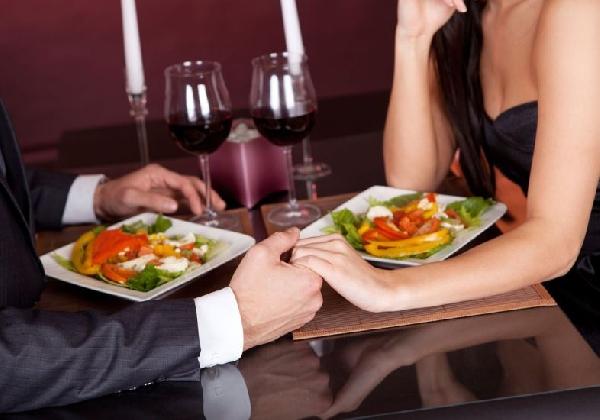 Um jantar romântico pode ser clichê, mas sempre agrada (Foto: Divulgação MdeMulher)