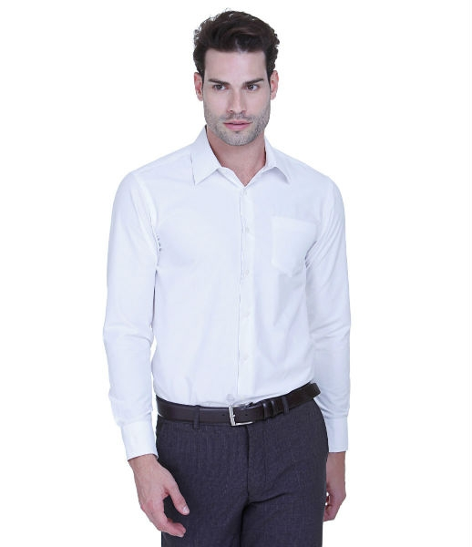 Uma camisa branca acinturada e uma calça social fazem a diferença (Foto: Reprodução)