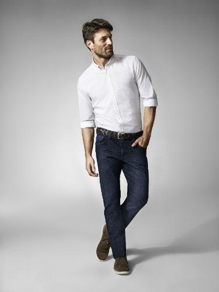 Caso permita, use um social despojado com jeans e camisa branca acinturado (Foto: Reprodução)
